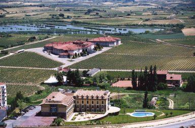 Vista del Hotel Wine Oil Spa Villa de Laguardia en el corazón de Rioja Alavesa.